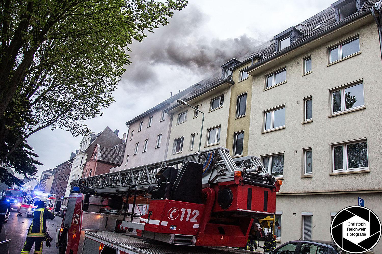 17.05.2016 , DU Duisburg , Brand Feuer Großbrand in einem Mehrfamilienhaus in Duisburg-Meiderich Unter den Ulmen 21.