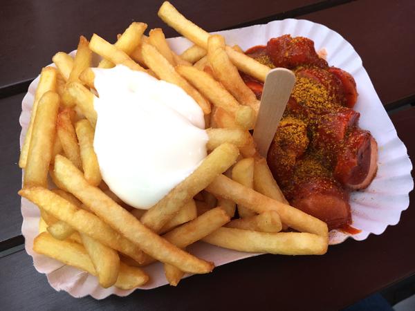berliner_currywurst_pommes